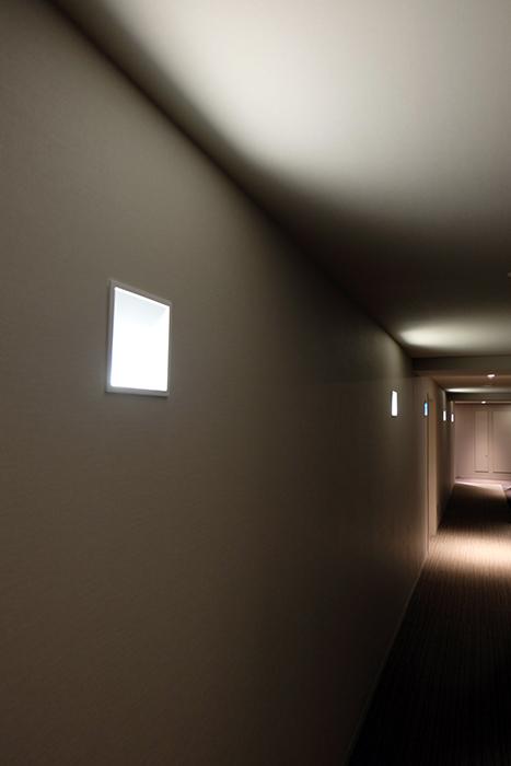 この廊下には埋め込み型のウォールライトで、天井面に光のアクセントをつけています