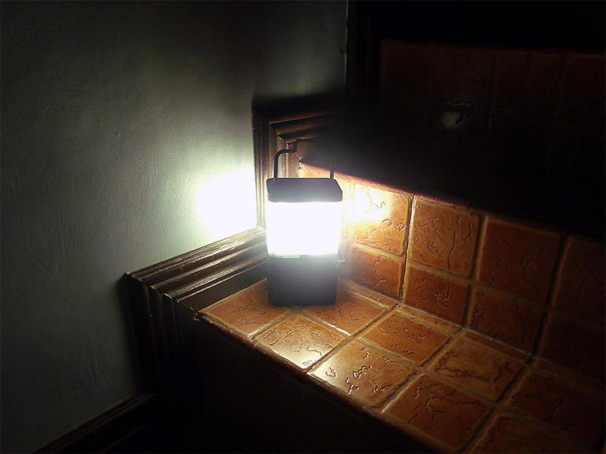 ポータブルなランタン, グラス一杯の水にスプーン2杯の塩を加えて灯す照明